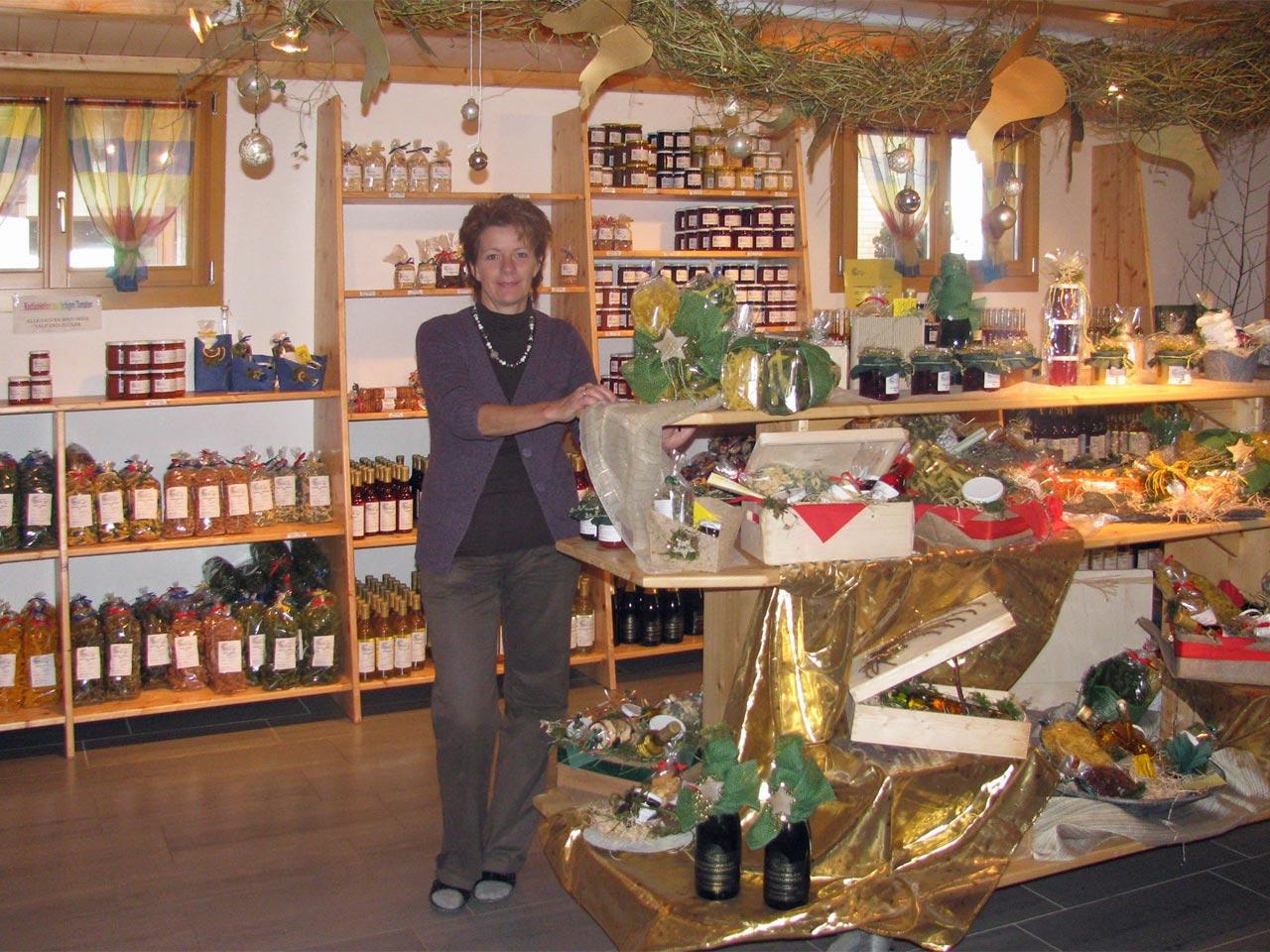 2004 – Ende August schliesst der Hofladen in Fenkrieden. Der neue Standort ist bei Lisbeth und Bruno Arnold in Alikon.