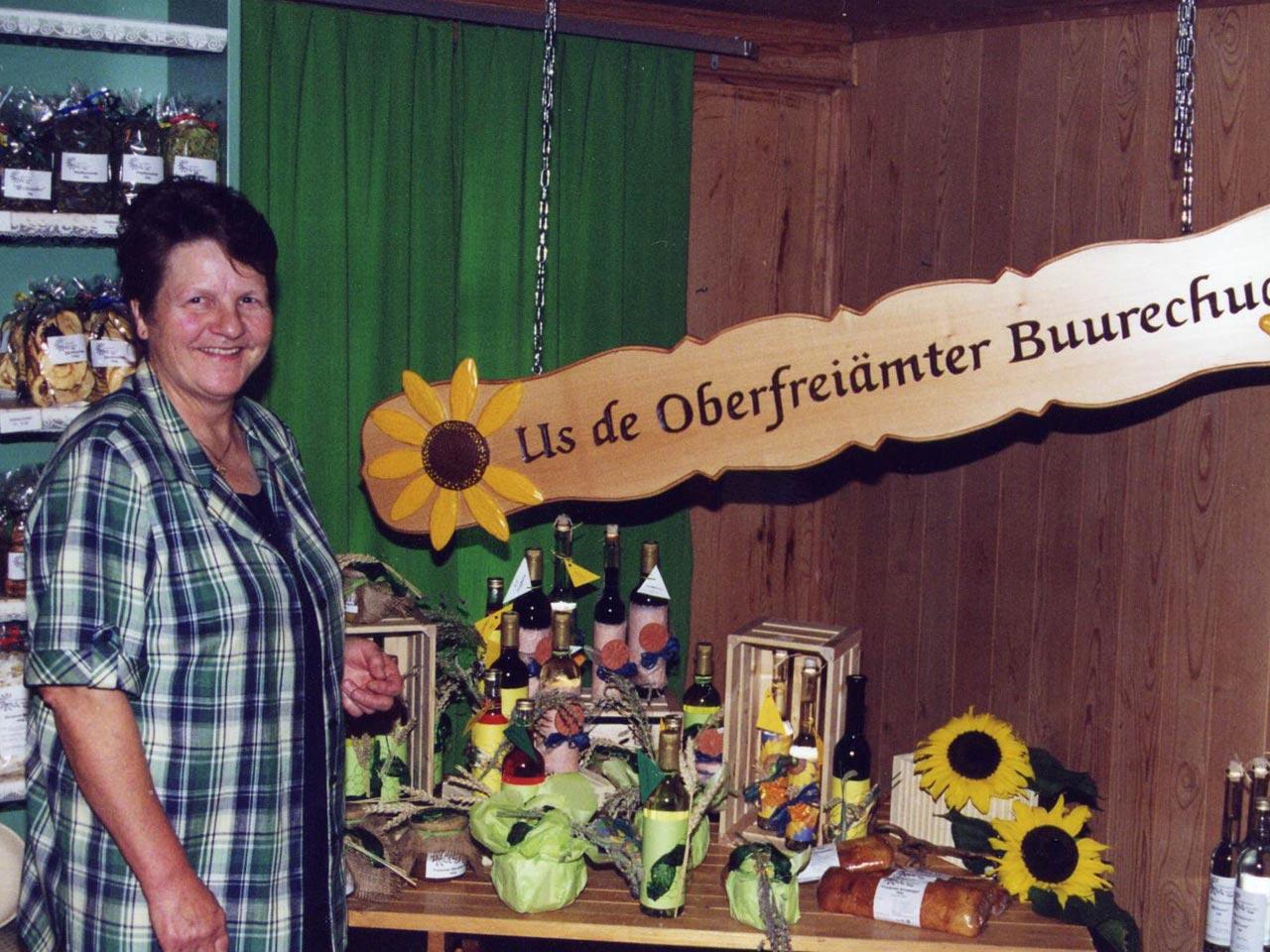 1996 – Gründung der Oberfreiämter Buurechuchi mit acht Mitgliedern.  – Der Buurechuchi-Laden ist bei Margrith Huber in Fenkrieden.  – Erster grosser Auftritt am Broggemärt in Sins.